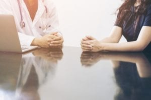 img-blog-Male doctor and female patient talking on the office desk